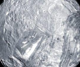"""Explicación de la extraña forma de la luna de Urano """"Frankenstein"""" de Urano -"""