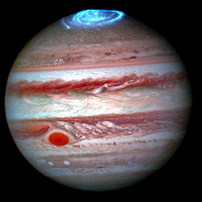 Las auroras de Júpiter crean una rapsodia en azul antes de la llegada de Juno el 4 de julio