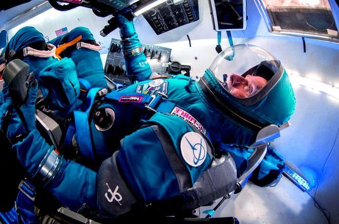 Into the Blue: Traje espacial Boeing Starliner y ropa de astronauta azul del pasado