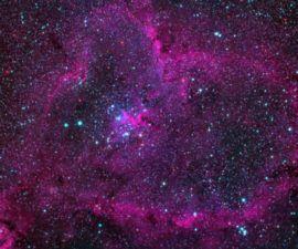 La Nebulosa del Corazón con Espectáculo Estelar Brilla en Rojo en una Preciosa Foto de Espacio Profundo -
