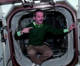 Hadfield, un astronauta de la Agencia Espacial Canadiense, está celebrando la fiesta irlandesa en órbita - nuevos planetas