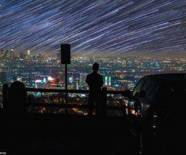 Los senderos de estrellas galácticas giran sobre el Museo de Arte del Condado de Los Ángeles (LACMA)